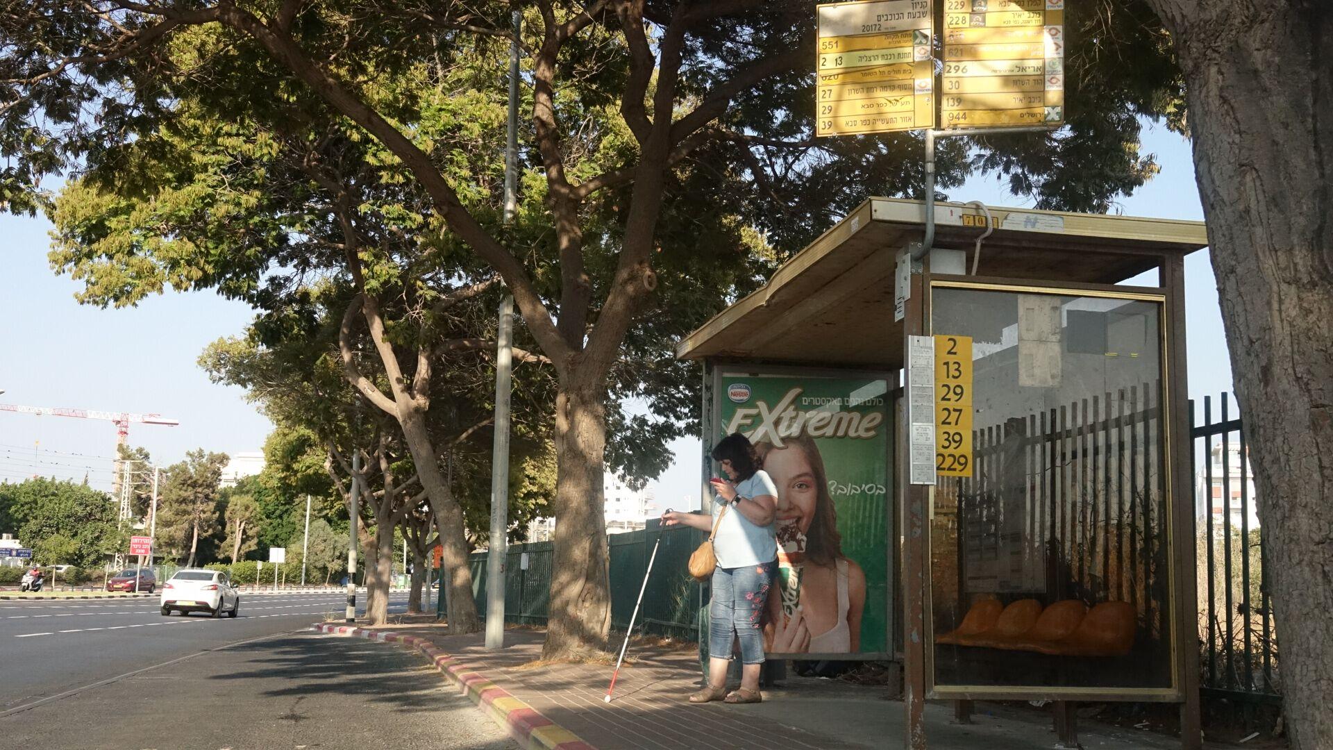 משתמשת של רייט-היר בתחנת אוטובוס