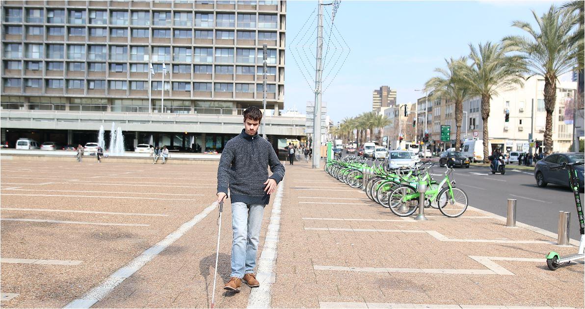 בתמונה: משתמש שלנו הולך ברחוב אבן גבירול בתל אביב